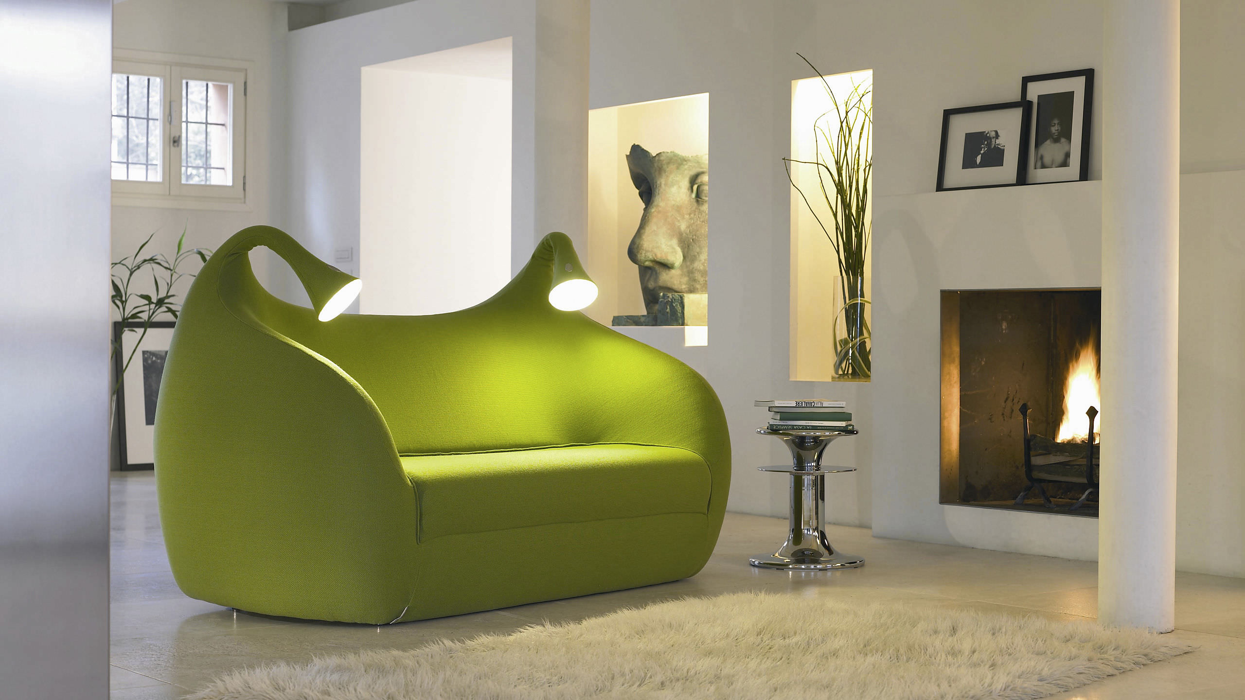 Googly eyed couch alien looks comfy unsure - Inventore letto ...