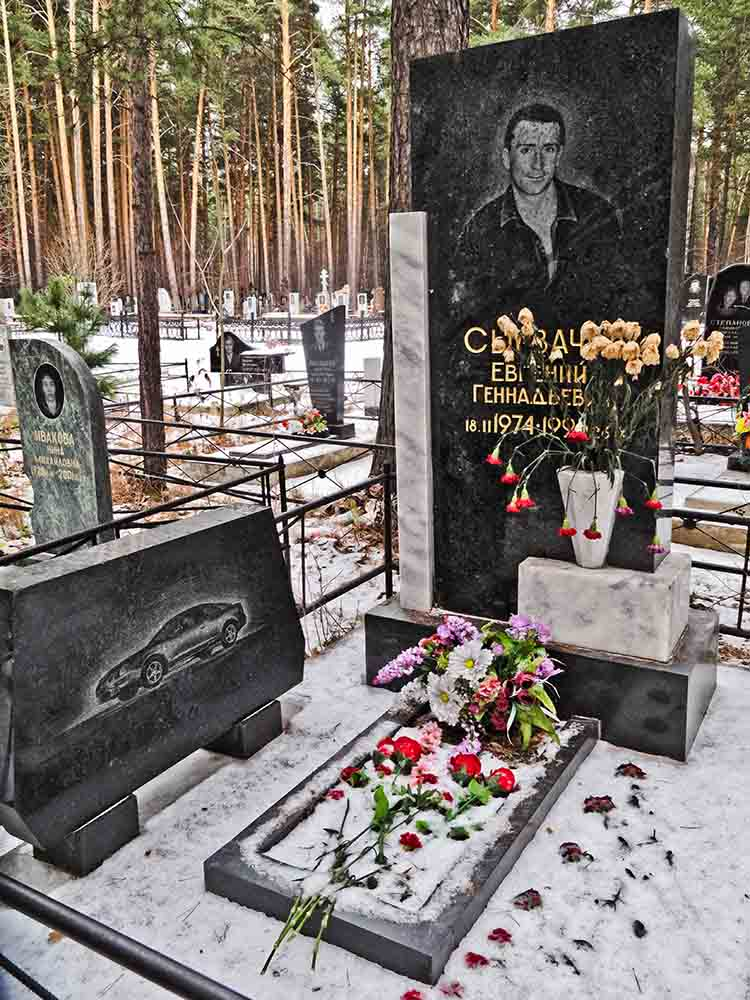 mobster cemetery headstone with car