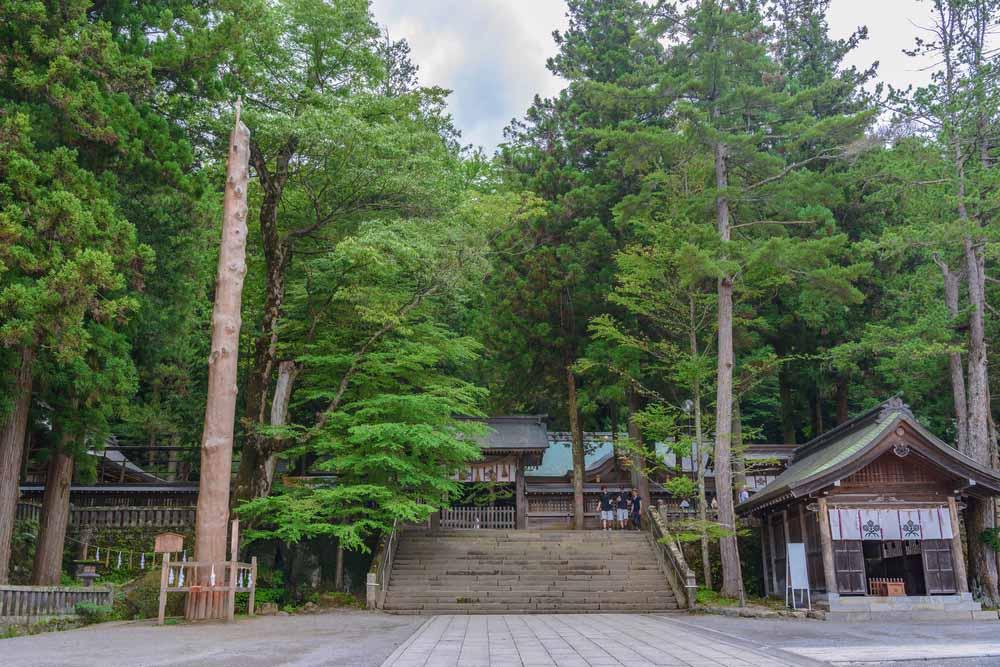 onbashira sacred pillar