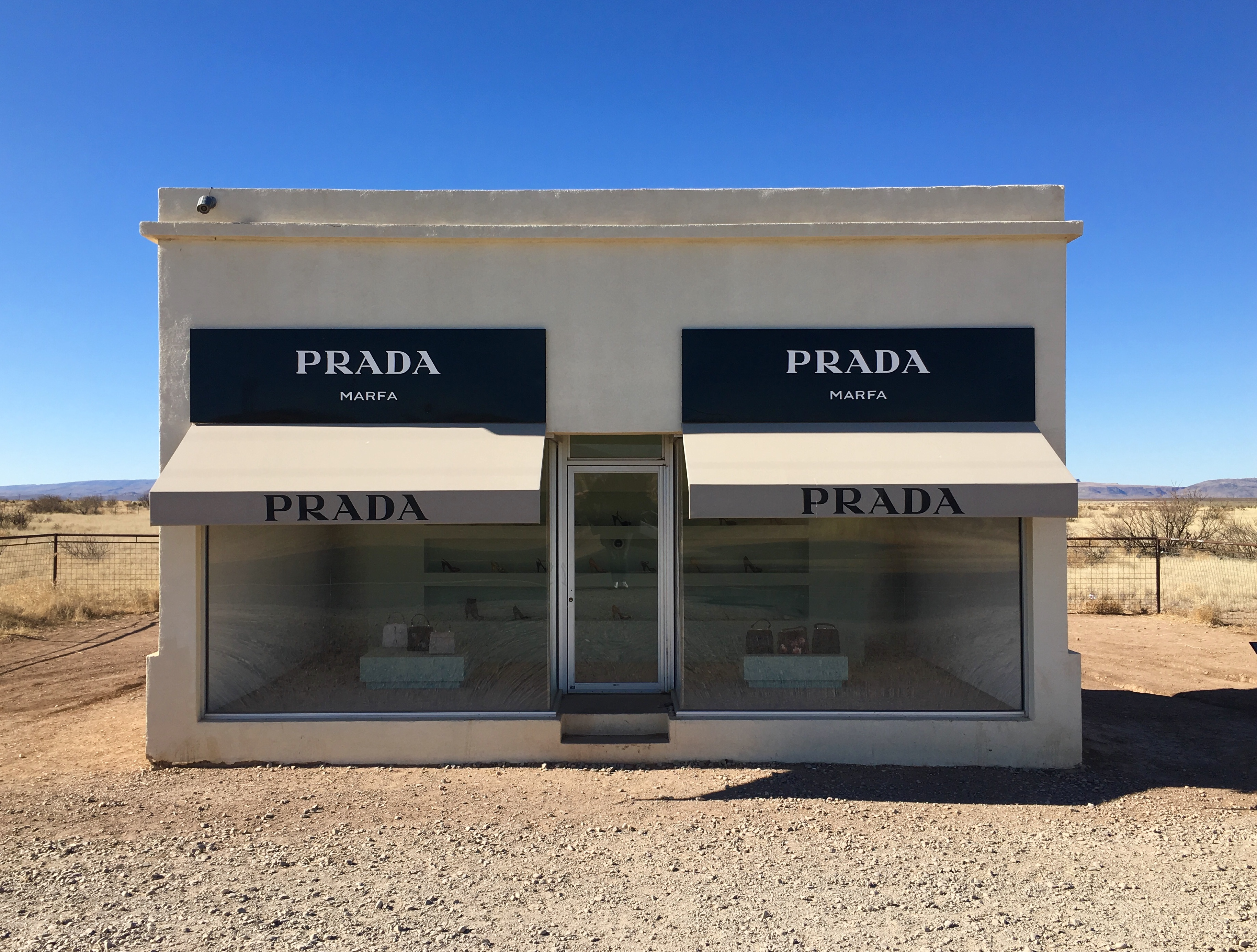 prada marfa and the mysteries of middle of nowhere texas rdnewsnow. Black Bedroom Furniture Sets. Home Design Ideas
