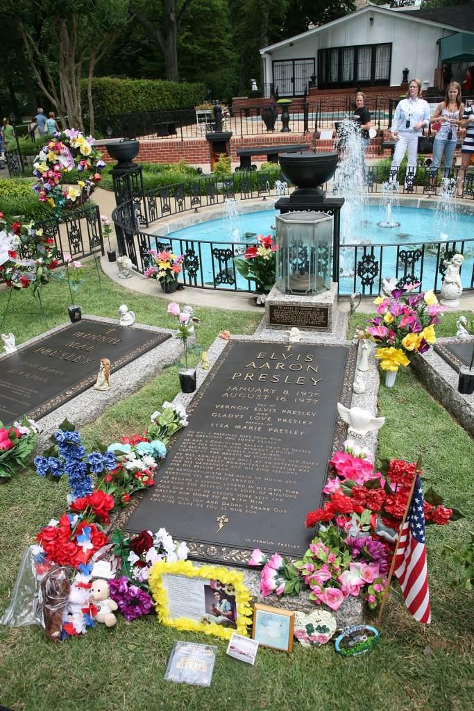 elvis presley grave celebrity crypt at graceland