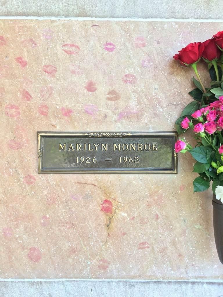 marilyn monroe's lipstick kiss adorned celebrity grave